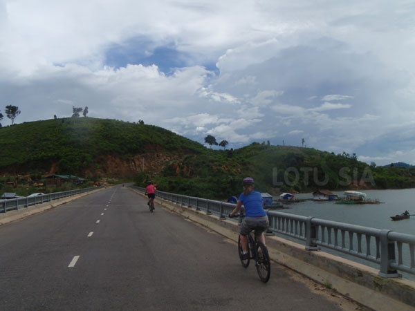 The 6-day Bicycle Tours Mekong Delta Vietnam is customized for both active cyclist and family holidays. You bike on flat road, the back roads and village lanes. The places you will cycle through are Long An, My Tho, Vinh Long, Sa Dec, Cho Moi, Chau Doc, Long Xuyen, Can Tho, Binh Minh. You will also experience also the water life and floating markets in the peaceful Meko