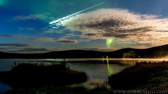 Revontulivideota kuvaamassa ollut Markus Kiili tallensi puolivahingossa kameralleen taivaalla välähtäneen tulipallon.