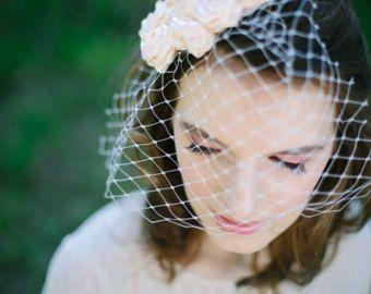 accessoires de mariage  accessoires de mariée  châle de mariée  châle de mariage  châle en tricot  cadeau de demoiselle dhonneur  cadeau pour elle  robe de mariée  fleur à la main  châle  veste boléro  Womens châle  châle fait à la main   SIL VOUS PLAÎT LIRE AVANT LACHAT.  SIL VOUS PLAÎT PERMETTRE 2 SEMAINES  ACHETER CET ARTICLE, SI VOTRE TAILLE À L'ÉPAULE EST JUSQUÀ UN 18 À TRAVERS, SI PLUS, VEUILLEZ CONTACTER  Ce très versitale capelet/châle peut se porter de toute façon, vous aimez…