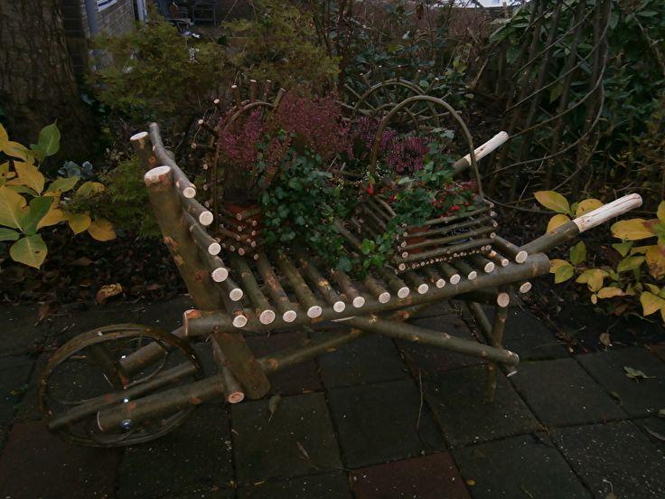 Decoratieve kruiwagen / Decorative wheelbarrow