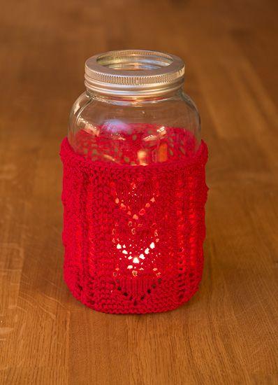 Disse søte lyslykt-trekkene er strikket frem og tilbake i dobbelt bomullsgarn og passer til 1/2 og 1 liters Norgesglass. Disse er fine som både dekor og gaver, enten det er til jul eller Valentines
