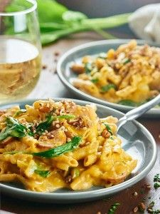 This One Pot Pumpkin Pasta only dirties one dish and is full of healthy, delicious ingredients like whole wheat pasta, spinach, and apple chicken sausage! showmetheyummy.com #pumpkin #pasta