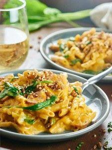 Это один горшок тыква Паста только пачкает одно блюдо и полна здоровых, вкусных ингредиентов, таких как макароны из цельной пшеницы, шпинат, яблочный и куриный колбасы!  showmetheyummy.com #pumpkin #pasta