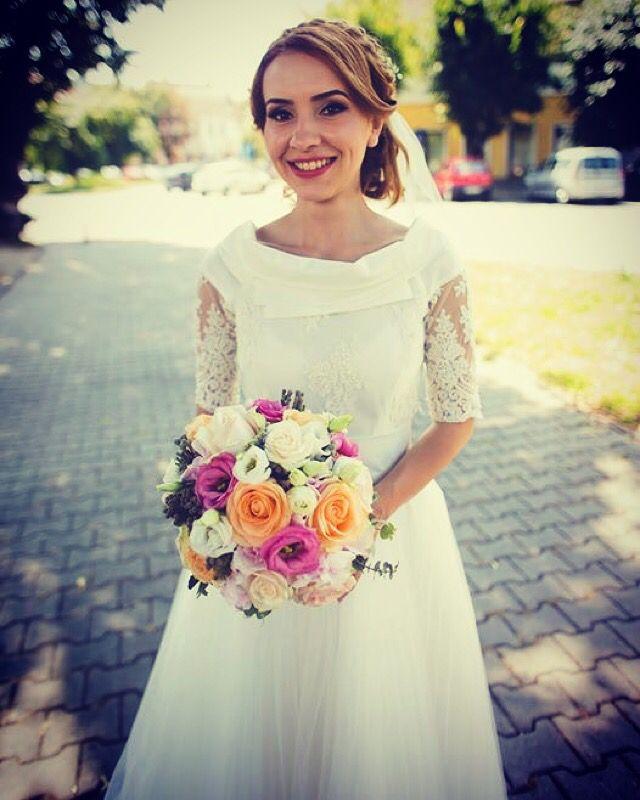 Teia a arătat de vis in ziua nunții sale. Ea poarta rochia Elen's