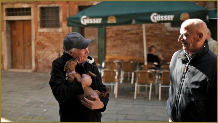 Les amis, sur le campiello Bruno Crovato, dans le sestier du Cannaregio à Venise.