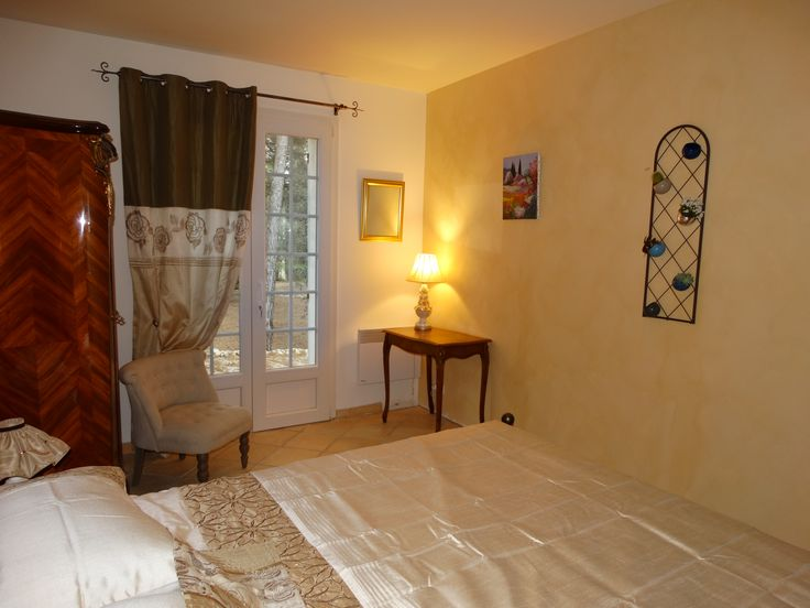 """Chambre """"Le Viegi"""", dispose d'un lit double. La terrasse de cette chambre done sur la pinède. Les murs sont enduits du véritable ocre de Roussillon, voyage garanti !"""