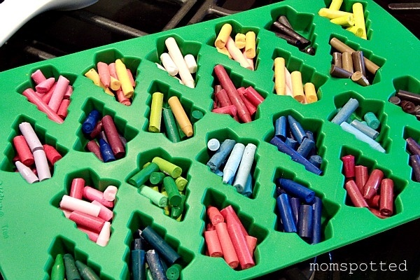 This would be a great gift for students for Christmas! Make Your Own Christmas Shaped #Crayons! #Tutorial