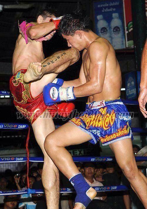 Колено в голову. Мощное оружие тайского боксера.