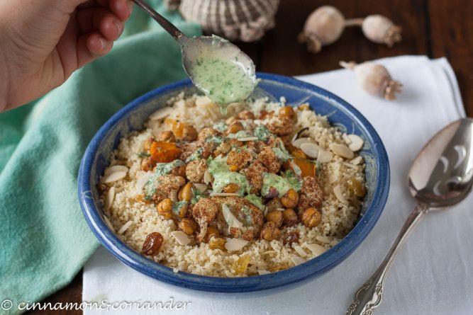 Veganer Couscous Bowl mit gerösteten Zaatar Kichererbsen und Blumenkohl, dazu Tahini Minz Sauce