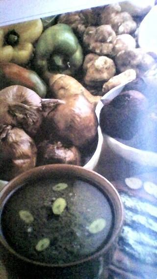 SAPORE AMOREVOLE-  PIEMONTE Antipasti & salse   BAGNA CAòDA   ingredienti: 250 gr ciraca di olio extravergine d'oliva, 200 gr di acciughe sotto sale, 200 gr di aglio, 40 gr di burro  Togliete il sale alle acciughe, passatele con una pezzuola e deliscatele. Spelate l'aglio e affettate gli spicchi a fettine sottillissime, toglendo il germe centrale. Mettete in un tegame di coccio questi due ingredienti, versate l'olio fino a coprirli e a fuoco bassissimo, cuocete assolutamente senza colorire…