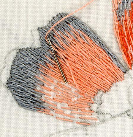 Пока не будут выбраны направления стежков и намечены цветовые пятна на всех лепестках цветка, слишком плотно зашивать лепестки не стоит. Если захочется что-то изменить, будет проще выпоротьвышитые места, гденеобходимо сделать исправления.