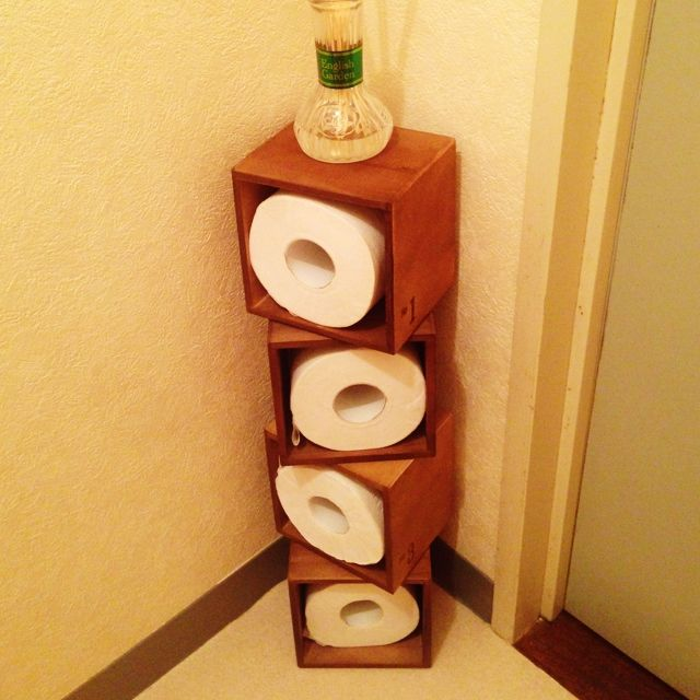 女性で、3LDK、カップル住まいのDIY/100均/セリア/トイレットペーパーホルダー/バス/トイレについてのインテリア実例を紹介。「初投稿です! セリアの木箱で作りました♫ 計400円。」(この写真は 2014-04-13 14:49:57 に共有されました)