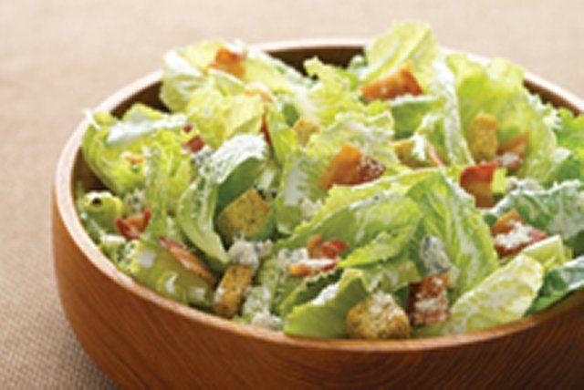 Prête en peu de temps, cette salade savoureuse se prépare à la dernière minute.