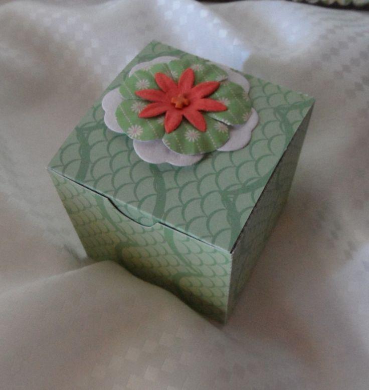 Idée emballage cadeau , boite cube à remplir : Cartes par made-by-newscrapeuse