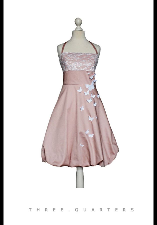 MISS BAY Schmetterlinge Das Kleid ist in rosa/altrosa. Im Brustbereich mit weißer Spitze. Mit schmetterlingen aus Filz. Mit Neckholderträger. Das Kleid ist in folgenden Größen...