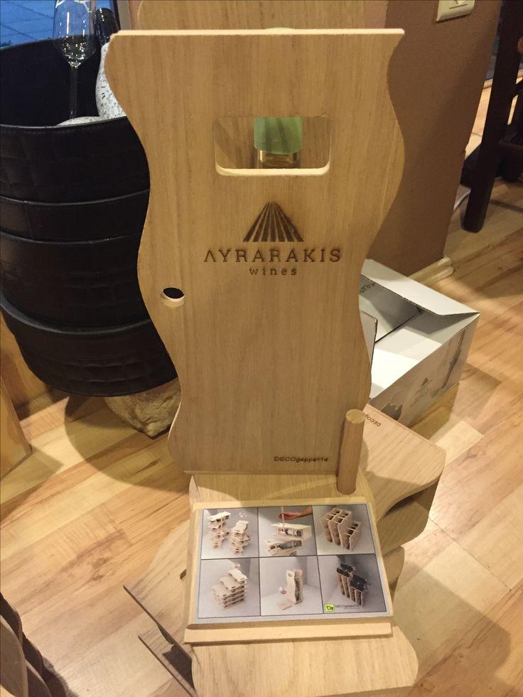 Το καπάκι της συσκευασίας , το οποίο μπορεί να χρησιμοποιηθεί και ως βάση για ένα ποτήρι κρασί έχει κολλημένο από κάτω αυτοκόλλητο με την παρουσίαση των δυνατοτήτων που μπορεί να έχει ως κάβα
