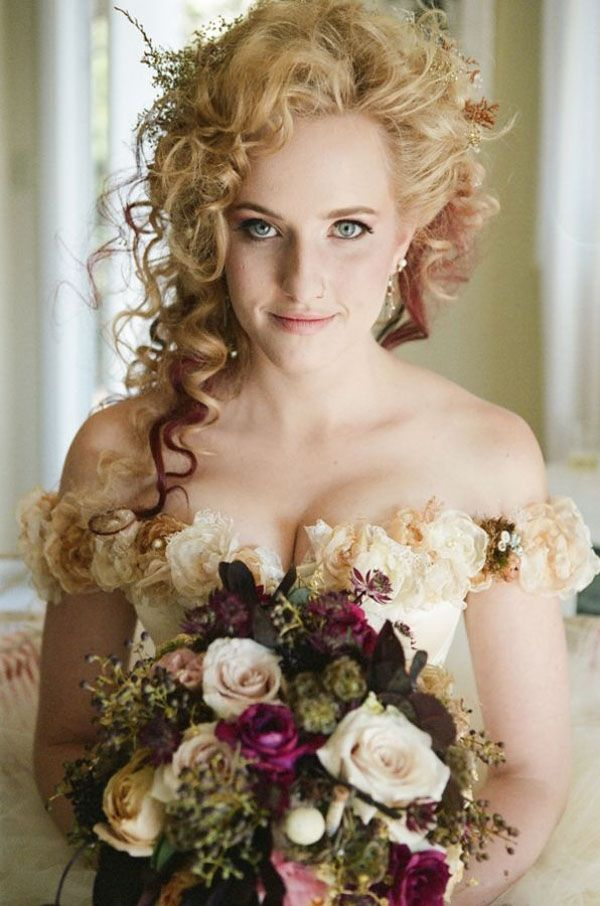 half updo with naturally curly hair http://weddingwonderland.it/2015/06/15-acconciature-per-le-spose-dai-capelli-ricci-naturali.html