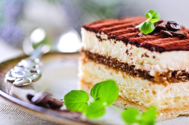 Tiramisu maken is makkelijk met dit lekkere en makkelijke tiramisu recept. Er zijn verschillende manieren om zelf tiramisu te maken, bijvoorbeeld met amarettolikeur, marsalawijn, of een variant zonder alcohol, met bijvoorbeeld amandelaroma, in plaats van amaretto- of amandellikeur. Tiramisu is een lekker dessert met daarin mascarpone-kaas, koffie en doorgaans een alcoholische drank. Tiramisu ingrediënten Voor... Lees meer over Tiramisu maken recept