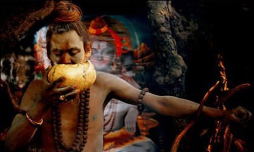 Sadhu Aghori, bebiendo en cráneo humano.
