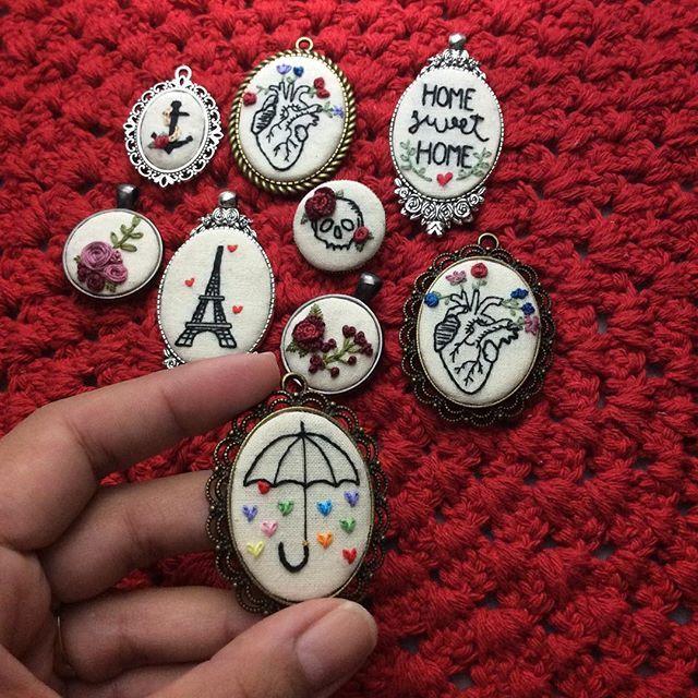 Primeira fornada de chaveiros, colares e broches da Bulukinha! #bordado #bordadolivre #bordadomoderno #bordadopersonalizado #bordadoamao #handmade #colarbordado #chaveirobordado #lisboa #portugal #love #feitoamao #embroidery #embroiderynecklace #acessorios #acessories #keychain #stitch #stitches #embroideryinstaguild #embroideryhoop #broche #paris #skull #ancora #ancor #homesweethome #bulukinhabordados #bulukinhaemportugal #embroideryaddict