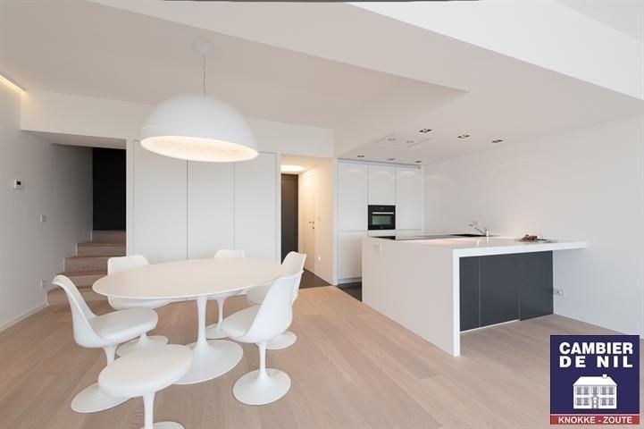 Appartement te koop in Knokke - 2 slaapkamers - 120m² - 1 495 000 € - Logic-immo.be - ZOUTE - Wandeldijk Duplex app. (120m²) volledig op het Zuiden in standingvolle residentie. Ind. : ink., toilet, vest., berging, inger. open keuken, living / salon uitgevend op zuidegericht terras. Bov...