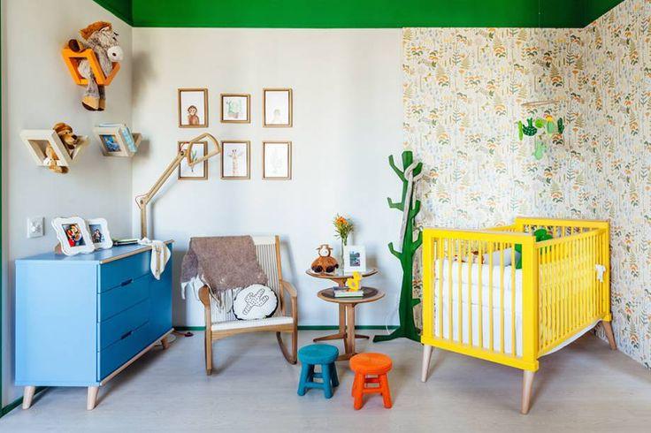 Suíte do Bebê - Mariana Fogliato. Um espaço sem gênero e brasileiríssimo, inspirado na modernista Tarsila do Amaral. No teto, os rodameios de 3cm da Santaluzia, pintados em verde, reduzem a escala do pé-direito. Junto ao berço, o papel de parede foi pontuado com luzes de fibra ótica. A cadeira de balanço Gisele em corda de algodão é de Aristeu Pires, que também assina o cabideiro Tarsila. (Divulgação/CASACOR)