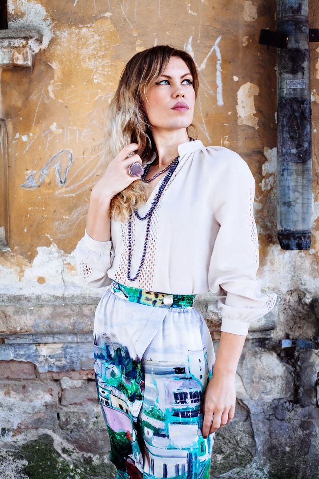 SUMMER IN THE CITY. Street style. How to style and wear a printed skirt. Outfit.