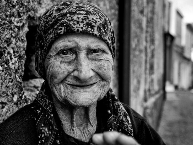 """Volti di donne incorniciati da uno scuro copricapo, mani rugose sporche di sabbia che accendono una sigaretta. O che intrecciano lunghi capelli bianchi. Le persone, i momenti immortalati dal fotografo  Raffaele Montepaone  raccontano un'unica grande storia, quella della Calabria. """"Ho voluto mos"""