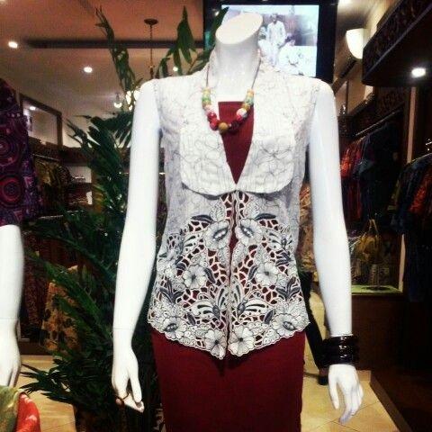 Koleksi terbaru Margaria batik. Kebaya modern dengan bordiran di bagian bawah. Tampil cantik dan Elegant bersama MARGARIA BATIK.