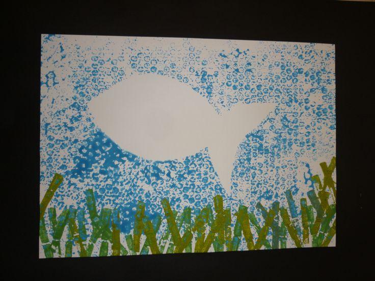 Silueta de peix: - fons amb plàstic de bombolles - algues estampades amb pinces d'estendre roba
