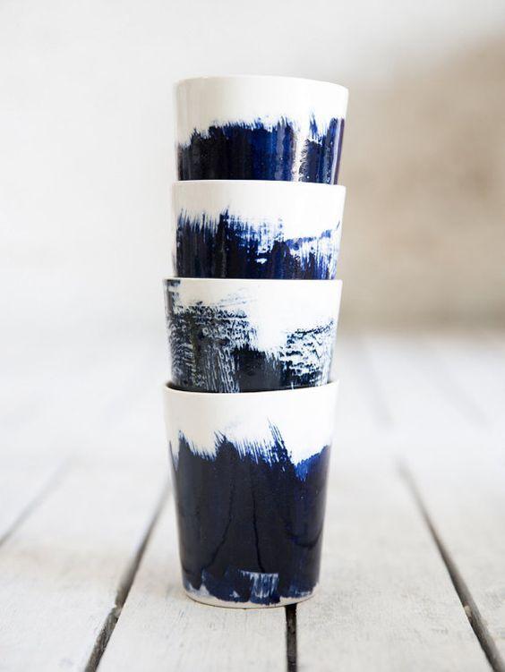 Satz von 4 Keramik Teetassen, Keramik Espresso-Tassen In weiß und blau, Kaffeetassen, moderne Keramik, Hochzeitsgeschenk  Meine neu gestalteten Tassen sind in Schlupf-Technik erstellt und mit einer glänzenden Glasur fertig. Jede Tasse hat einen einzigartigen Slip Färbung durch Pinsel, eine daher ein wunderbares Einzelstück erstellen! Versuchen Sie, hielt sie Ihre Hände mit einigen heißen Kräutertee innerhalb... Dieser Preis ist für 4 Tassen.  Wenn Sie möchten ist es 2 Tassen auflisten…