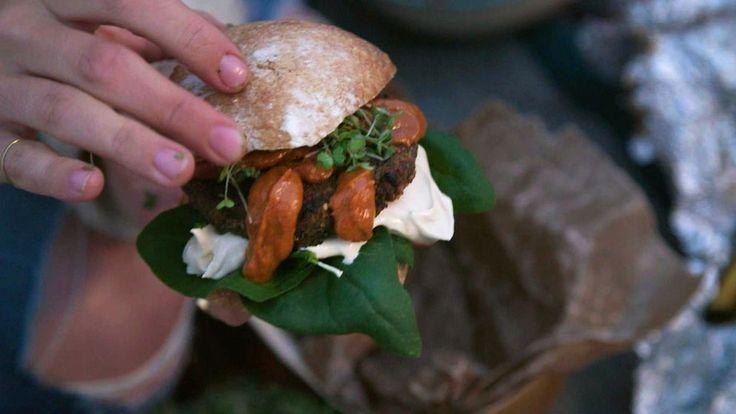 Detta vegetariska & veganska recept ger riktigt saftiga och mustiga burgare och fungerar givetvis lika bra som biff med andra tillbehör. Sältan i burgarna kommer från tamari, en japansk soja.