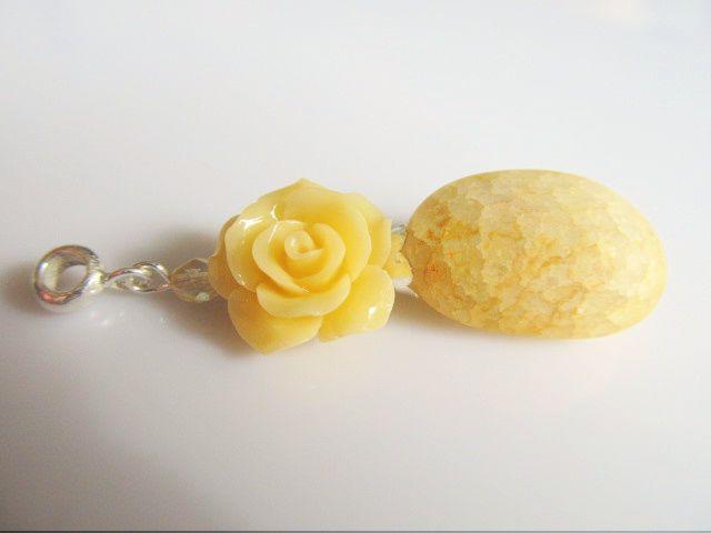 Hanger Yellow Mountain Rose nugget iced look gele bergkristal met een gele koraalroos en tsjechisch glas facet. geheel zilver