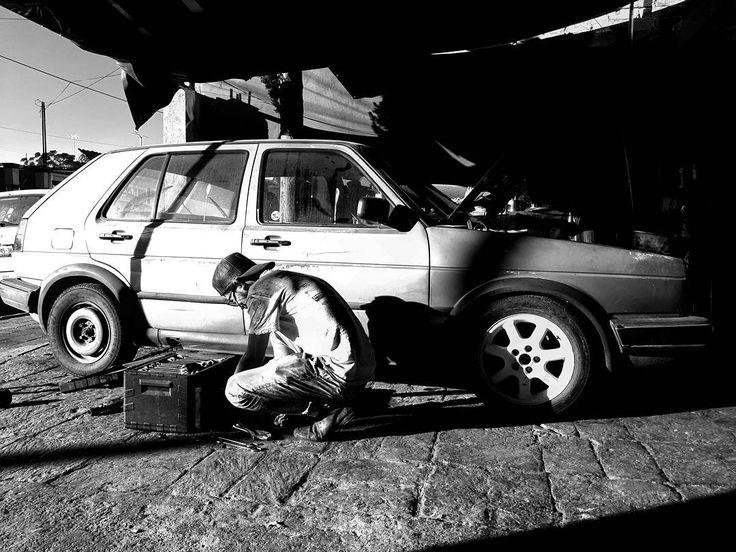 "Regresando a los inicios ""el güero""  Sin taller Y con trabajo  Clausurados....... . . . . . #volkswagen #black #vw #vocho #fast #passion #lovemyjob #love #happy #days #night #car #instacar #likeforlike #like4like #instagram #photographer #photo #blackandwhite #white #work #photooftheday #instalike #men #cars #cool #engine #moto #mechanic"