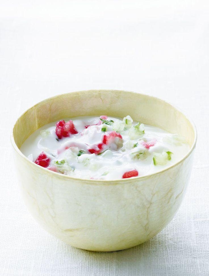 Raita-dressing passer perfekt til krydrede retter, men kan også spises til nye danske kartofler. Opskriften er meget simpel – find den her
