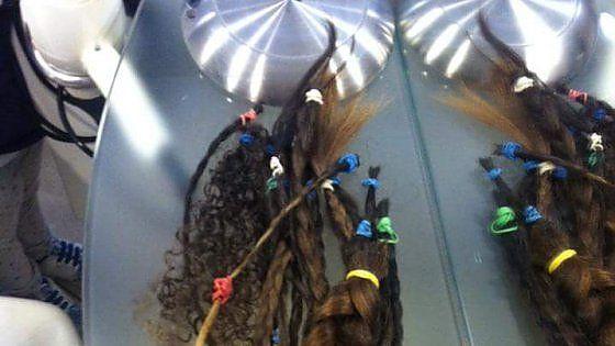 """i, le studentesse donano i capelli per le donne malate di cancro: """"Un gesto naturale"""" L'iniziativa di una ventina di ragazze della scuola media Ottavio Serena con la fondazione 'Una stanza per un sorriso', che lavora nel reparto di oncologia dell'ospedale della Murgia  di SILVIA DIPINTO Invia per email Stampa 30 aprile 2016 5   Commenti    26 LinkedIn 1 Pinterest Bari, le studentesse donano i capelli per le donne malate di cancro: """"Un gesto naturale"""" La ciocche di capelli donate dalle…"""