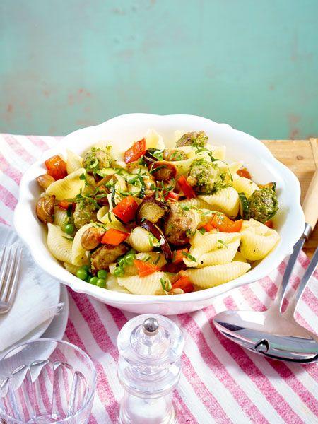 Nudelsalat mit geröstetem Gemüse und Pesto-Bratbällchen