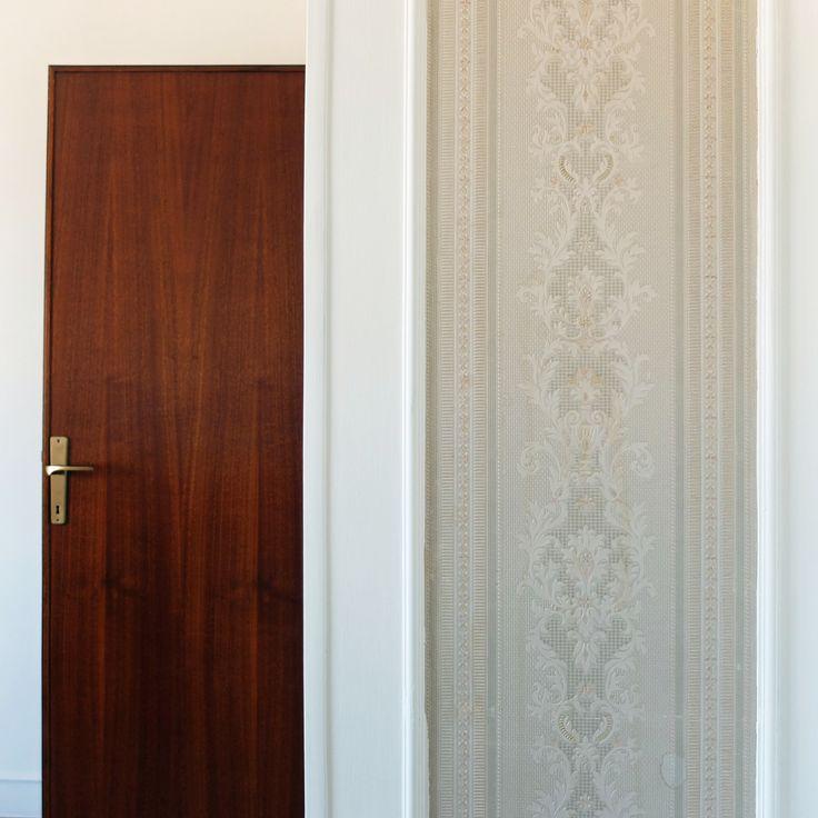 porta in legno e carta da parati