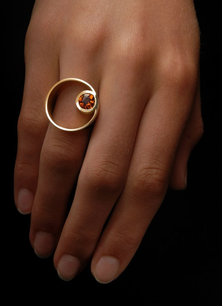Yellow gold ring set with a brilliant cut or oval cut gemstone. Ring Citrine – Steinbach Goldschmiede – Handschmuck