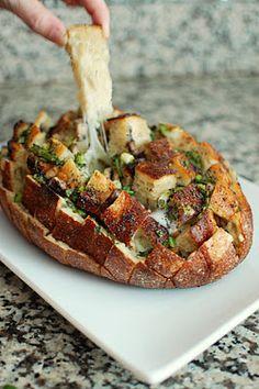 Brot mit geschmolzenem Käse. Einfach Brot in kleine Vierecke anschneiden, Käse zwischen die einzelnen Teile legen, nach Geschmack andere Zutaten hinzufügen und im Backofen zum Schmelzen bringen.