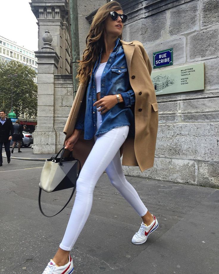 casual outfit. tenis + white pants + chambray + crop top + trench coat.