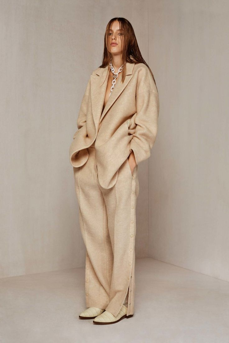 See the complete MM6 Maison Margiela Pre-Fall 2016 collection.