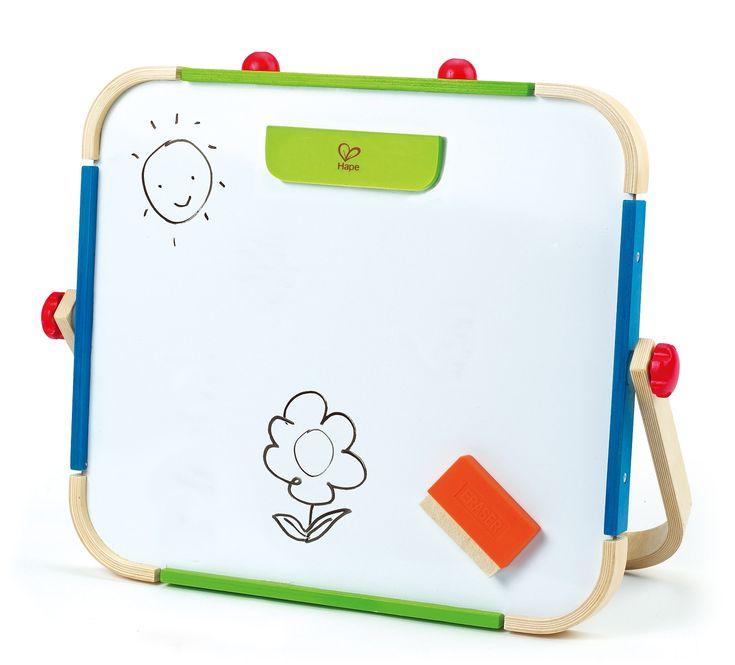 Malé umělecké studio pro děti od 3 let. Z jedné strany je tabule magnetická a lze na ni pomocí magnetu přichytit papír; druhá strana je klasická černá tabule, na kterou si děti malují křídou. Tabule je určena pro děti od 3 let.