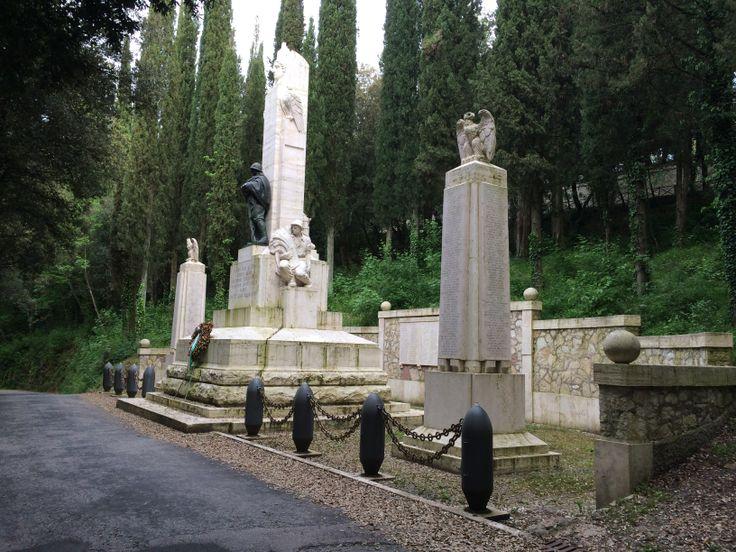 Monumento ai Caduti posto di Colle Attivoli, in memoria degli spoletini caduti nelle campagne di guerra dal 1935 al 1945. Recinta il monumento una fila di otto bombe inesplose, ormai rese inoffensive, lanciate sulla Città.