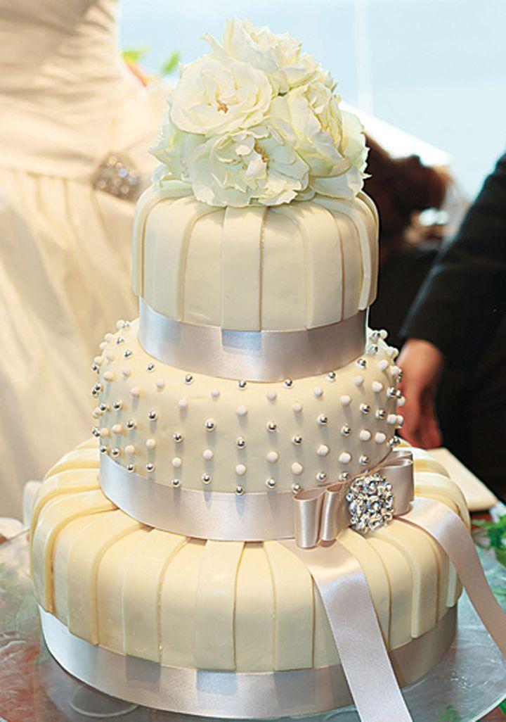 花嫁がまとうドレスとお揃いの純白のデザイン