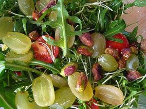 Кресс-салат с виноградом, фисташками и томатами