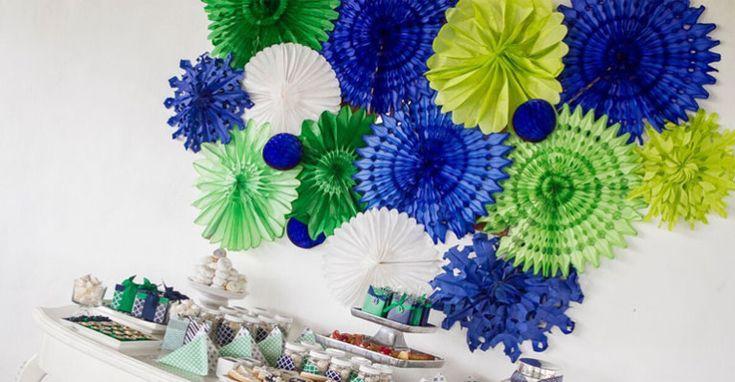 Para una primera comunión moderna, me encanta la idea de combinar el azul marino y el verde, es varonil y sumamente elegante.  Sobre mesas blancas de distintas alturas, se presentan los postres más … (ver más)