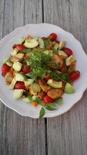 ZALIG! gebakken kip, oranje tomaat, kerstomaatjes, verse tuinkruiden, champignons, sjalot, avocado ❤❤❤