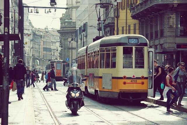 Duomo'dan Colonne'ye uzanan ve uzerinde pek cok magazanın bulundugu Via Torino.