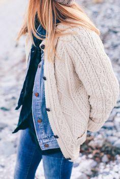 Look automne : jean, chemise, veste en jean, gilet chandail blanc crème